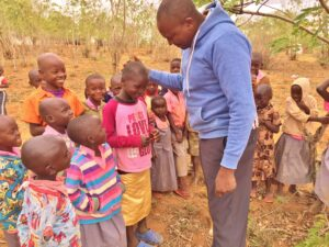Simon teaches children kindness in Kenyan | Vet Treks Foundation